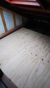 床はベニヤ張りしました
