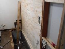既存の壁に構造用合板を貼っています。