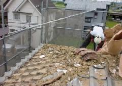 瓦をどけると土が敷き詰められています