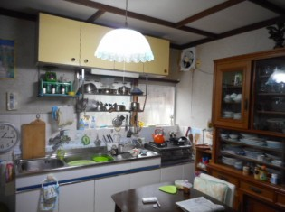 昼間も電気が必要なキッチンでした