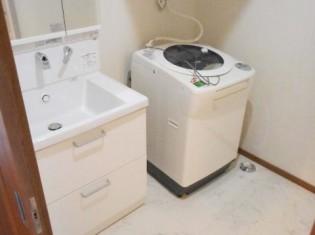 洗濯機の位置を変えるだけで広くなりました