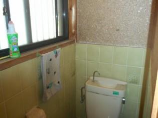 掃除がしにくいタイルのトイレ