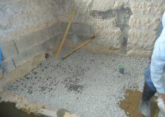 コンクリを打つために砂利を入れています