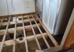 洗面所の土台を組んでいます