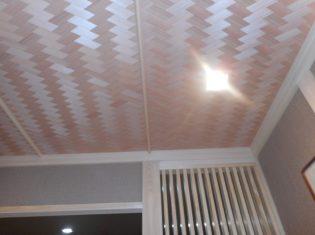 玄関ホールの天井は屋羽網代の模様です