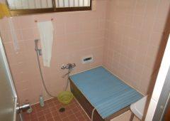 タイル張りの浴室です