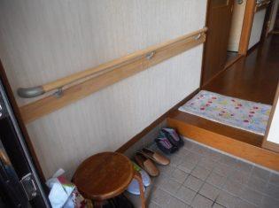 玄関に手すりを取り付けました