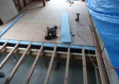 床を組んだ後に断熱材を入れています