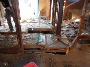 和室の解体をしています