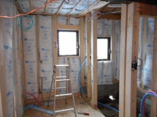 床・壁・天井に断熱材を入れます